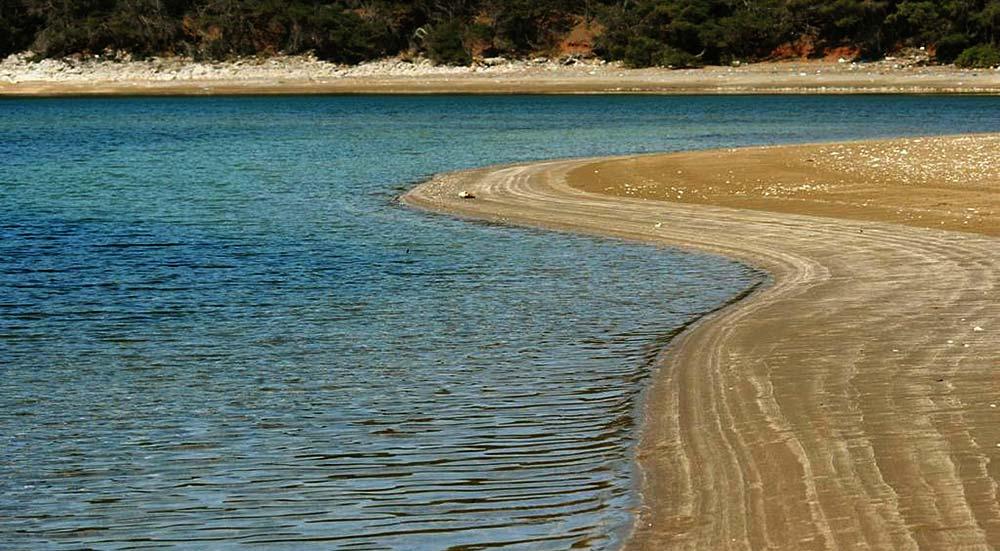 Blaca Beach ( Limuni)